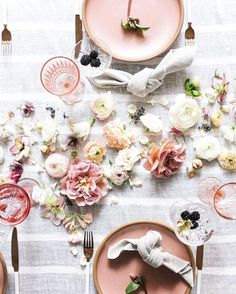 tisch rustikal Table decoration with flowers Summer Table Decorations, Decoration Table, Wedding Decorations, Table Rose, Pink Table, Romantic Table Setting, Partys, Deco Table, Event Decor