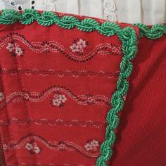 Wunderhübsches rotes Dirndl, mit grüner Borte verziert. Es ist vorne mit Reißverschluss zu schließen. Die hübsche grüne Schürze gehört dazu. Ohne Bluse.   Das Dirndl ist getragen und hat...