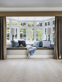 A home may not always be complete without a bay window seat. Whether it is a house or an apartment, you can have at least one. Make sure that these bay window seats are suitable for the whole conce… Home Decor Bedroom, Bay Window Living Room, Window Seat Design, Window Decor, Window Design, Living Room Designs, Bedroom Window Seat, House Interior, Room Design