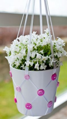 Kreative ideer   Tips til håndarbejde   Gør terrassen festfin med hjemmelavede ampler med pynt af knapper   Sjove tips til haven