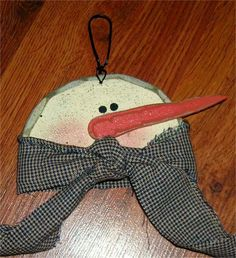 Christmas Crafts - Snowman Ornament. Could be made out of paper plate for cute kid's project.  Cute shape for appliqued pillow.