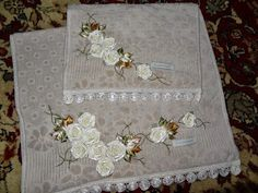 LOY HANDCRAFTS, TOWELS EMBROYDERED WITH SATIN RIBBON ROSES: TOALHA DE ROSTO E TOALHA PARA LAVABO