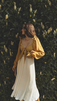 Simple Summer Outfits, Cute Casual Outfits, Cute Date Outfits, Girly Outfits, White Pleated Skirt, Pleated Skirt Outfit, Yellow Ties, Retro Mode, Mode Boho