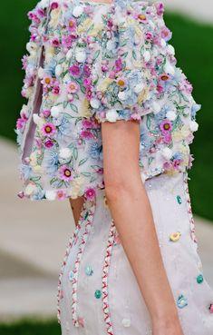 Sfilata Chanel Parigi - Alta Moda Primavera Estate 2019 - Dettagli - Vogue ✫♦๏☘‿TH Nov 28 , ༺✿༻☼๏♥๏写☆☀✨ ✤ ❀‿❀ ✫❁`💖~⊱ 🌹🌸🌹⊰✿⊱♛ ✧✿✧♡~♥⛩ ⚘☮️❋⋆☸️ ॐڿ ڰۣ(̆̃̃❤⛩✨真♣ ⊱❊⊰ ✤. Chanel Couture, Style Haute Couture, Spring Couture, Couture Details, Fashion Details, Fashion Design, Couture Week, Paris Fashion, High Fashion