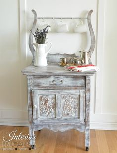 Are you a fan of industrial style decor? These DIY industrial style thrift store makeovers are creative and inspiring. You'll want to go thrifting yourself! Furniture Fix, Furniture Makeover, Painted Furniture, Antique Furniture, Primitive Furniture, Furniture Plans, Fresh Farmhouse, Farmhouse Decor, Antique Wash Stand
