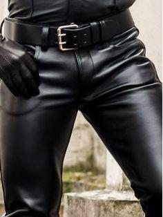 Leather Motorcycle Pants, Mens Leather Pants, Mens Fashion Suits, Denim Fashion, Jeans En Cuir, Streetwear, Lederhosen, Male Physique, Black Men