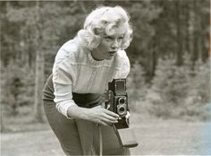 Rare Photos of Marilyn Monroe with a Rolleiflex In these vintage photos, Hollywood's blonde bombshell Marilyn Monroe is seen taking some photographs with a Rolleiflex TLR. Who knew that this year's. Classic Hollywood, Old Hollywood, Fotos Marilyn Monroe, Robert Frank, Delon, Joe Dimaggio, Humphrey Bogart, Celebrity Gallery, Norma Jeane