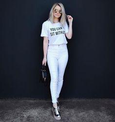 T-shirt branca, calça skinny branca, tênis prateado