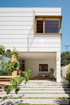 San Francisco residents reached out to Ryan Leidner Architecture when it was time to renovate and add on to their Harrison St House in the Mission District. Outdoor Tub, Indoor Outdoor Living, Outdoor Ideas, Design Diy, Design Ideas, Casa Patio, San Francisco Houses, Courtyard House, Mid Century House