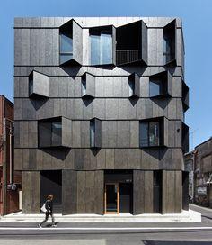 Ресторан лапши в Токио...Фасад постройки примечателен разного размера окнами, выступающими из здания под разными углами. Соответственно, из каждого окна открывается разный вид на улицу и на окружающий пейзаж...http://fasadnews.ru/?p=12809