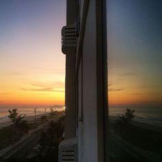 o por do sol de ontem...refletido na minha janela é algo que provavelmente eu jamais deixe de contemplar e agradecer! #sougrata #RiodeJaneiro #Rio450 #sunset #sky #clouds #instanature #amoRiodeJaneiro #paixaopelomar #Brazil #mirror #CidadeMaravilhosa #errejota #winter2015 #simplelife #lifestyle #BarradaTijuca #Sarava