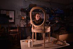 Madeleine M. Tapissier en sièges Soucieuse de perpétuer le de mon Grand-Père, Bourrelier-tapissier, c'est après mes études d'arts Plastiques que mon intérêt s'est porté sur la tapisserie d'ameublement