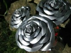 Recycled Pop Can Roses by Christine-Eige. on Recycled Pop Can Roses by Christine-Ei Metal Roses, Metal Flowers, Diy Flowers, Flower Crafts, Aluminum Can Crafts, Metal Crafts, Aluminum Cans, Aluminium Foil, Metal Projects