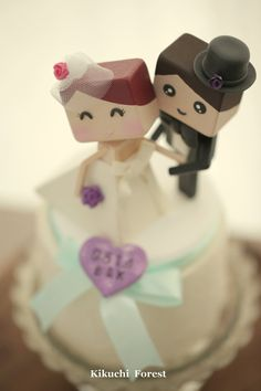 bride and groom wedding cake topper Handmade,Handcrafted wood dolls #handmadecaketopper #customcaketopper #bride #groom #bridalbouquet #bridalhair #kikuikestudio #weddingcake #cakedecoration #humancaketopper #initials
