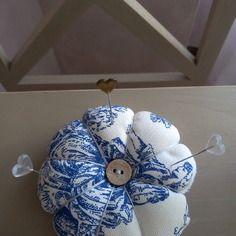 Pique aiguilles forme de fleur en toile de jouy bleu