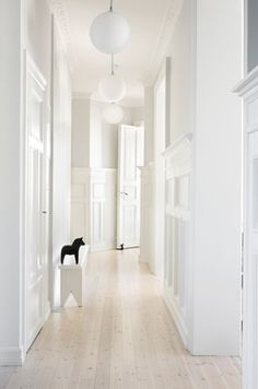 FLOORING for living areas & hall Gravity Interior : White hallway White Hallway, Entry Hallway, White Stairs, Long Hallway, Interior Architecture, Interior And Exterior, Home Decoracion, Interior Minimalista, White Rooms