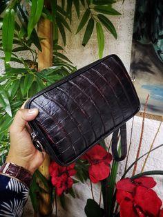 Bolsa de mano para hombre; neceser para hombre hecho artesanalmente en piel de res negro con cocodrilo negro con rojo | Hecho en México por Moon & Rain, Zankora y Tiendas Platino Exotic, Bags, Crocodiles, Cosmetic Bag, Tents, Black, Men, Handbags, Bag