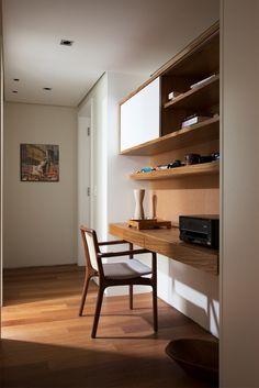 Para aproveitar o espaço da circulação íntima da residência em Perdizes, zona oeste de São Paulo, as arquitetas Débora Stefanelli e Pérola Machado desenharam o móvel de madeira que transforma o cantinho do corredor em home office