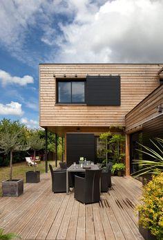 Les pièces-à-vivre du rez-de-chaussée possèdent un accès direct à la terrasse en pin, classe 4, traité en autoclave.