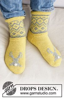 Bunny Hide / DROPS Extra - Knitted socks or slippers in DROPS Karisma. Nordic pattern and embroidered bunny. Knitting Videos, Knitting For Beginners, Knitting Stitches, Knitting Socks, Knitting Patterns Free, Free Knitting, Knitting Projects, Crochet Patterns, Drops Design