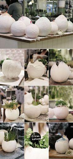 Eine Pflanzschale in Form eines kaputten Ei. Ganz einfach zum selber machen und alles was du dafür brauchst ist ein Luftballon und etwas Gips. Concrete Crafts, Concrete Projects, Diy Ostern, Ideias Diy, Diy Projects To Try, Paper Mache, Easter Crafts, Garden Art, Diy And Crafts