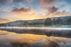 Jude Gadd captura a névoa do amanhecer subindo de um lago no campo Inglês