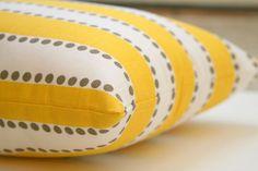 VENTA almohada decorativa amarilla por ModernalityHomeDecor en Etsy
