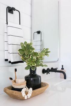Estampa minimalista. Bathroom Decor Pictures, Bathroom Decor Signs, Interior Modern, Budget Bathroom, Small Bathroom, Design Bathroom, Master Bathroom, Pinterest Bathroom, Neutral Bedroom Decor