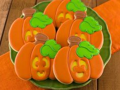 Make fun jack o' lantern cookies with royal icing. Detailed tutorial on how to decorate sugar cookies using a layer icing effect. Halloween Cookie Cutters, Halloween Sugar Cookies, Halloween Baking, Christmas Cookie Cutters, Halloween Treats, Halloween Desserts, Spooky Treats, Halloween Stuff, Pumpkin Sugar Cookies