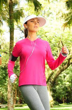 Com a camiseta feminina com proteção solar da UV Line você fica linda e protegida dos raios UV. Acompanhe com a viseira Ipanema e luvas com proteção solar!