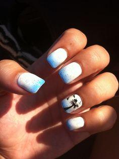 sommernägel ombre effekt weiß blau glitter ringfinger palme
