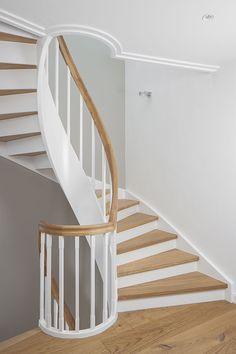 Geschlossene Wangentreppe über 4 Etagen; Wangen, Stäbe und Setzstufen weiß endlackiert; Stufen und Handlauf in der Holzart Eiche geölt. Treppe im Keller von unten mit Raumtrennung, um Raum unterhalb der Treppe zu nutzen.