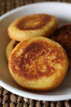 Actualmente se preparan con harina de maíz amarillo precocido, harina de trigo, mantequilla, cuajada, quesillo, queso campesino, leche entera o una preparación de agua con leche, sal y panela rallada. Una de las características principales y que la hace diferente es que la arepa queda un poco dulce. Se pueden cocer en una plancha caliente, en una sartén o al horno pero si tienen la oportunidad de hacerlas en fogón le leña, quedan con un sabor espectacular así que manos a la obra! Colombian Desserts, My Colombian Recipes, Colombian Cuisine, Köstliche Desserts, Delicious Desserts, Yummy Food, Venezuelan Food, Fun Easy Recipes, Dessert Bread