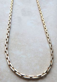 A pretty 1970's vintage gold tone Boston chain necklace by Sarah Coventry. This quality necklace is designed in a Boston chain style with the Sarah Coventry hang tag close to the claw clasp. The necklace has an adjustable length hook fastener. Circa 1970's.  A lovely,  collectable vintage piece