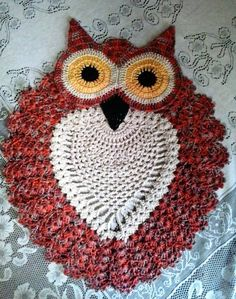 No automatic alt text available. Crochet Owls, Crochet Doilies, Crochet Baby, Crochet Patterns, Borboleta Crochet, Owl Bathroom, Christmas Towels, Pot Holders, Crochet Earrings