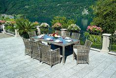 Tavolo Matera con piano in vetro temperato e poltroncine Tindari color cenere abbinate