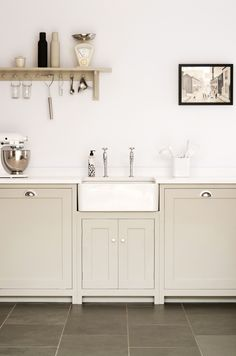 We love the butler sink and soft muted colours in this deVOL Real Shaker Kitchen… - Modern Devol Kitchens, Home Kitchens, Shaker Kitchen, New Kitchen, Kitchen Modern, Kitchen Interior, Kitchen Decor, Design Kitchen, Kitchen Styling
