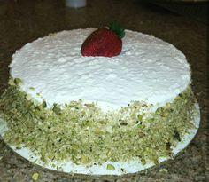 Torta fria de crema de chocolate blanco y fresas