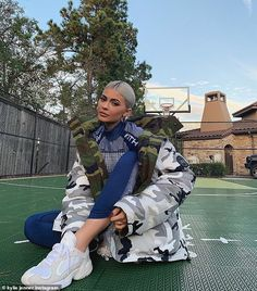 Kylie Jenner sits on a basketball court, with gray hair, tennis and jack . - Kylie Jenner sits on a basketball court, with gray hair, tennis and jacket … – kylie jenner nai - Kendall Jenner Outfits, Photos Kylie Jenner, Mode Kylie Jenner, Trajes Kylie Jenner, Looks Kylie Jenner, Kylie Jenner Nails, Kyle Jenner, Kendall And Kylie, Kylie Jenner Instagram