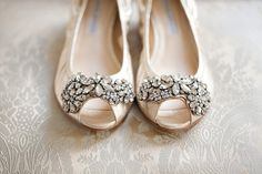 Escolher o sapato de noiva já não é tarefa fácil. No calor, então, fica ainda mais complicado saber qual o melhor modelo que, além de combinar com o vestido, deve prover conforto e frescor. Por isso, trouxe algumas dicas valiosas de como eleger o par perfeito para o grande dia, adequado ao estilo das noivas do verão, venha conferir!