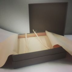 Embalagem para Joias empastada (rígida) tampa e fundo, revestida em veludo com espuma acoplada. Essa caixa é da linha glamour da Brazil Boxes. Agende já sua visita! -SeeYou-
