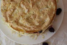 Fruchtige Knusper-Schokoladen-Torte – die schaffst auch DU! Die Torte gibt für das Auge viel her, ist jedoch schnell auf den Tisch gezaubert! Denn das Biskuit mit dem Baiser wird gleich im Doppelpack zubereitet. Nur das Auskühlen und Kühlstellen braucht seine Zeit. An diese Torte darf sich auch durchaus ein Anfänger wagen. Erfolg und Lob sind ihm garantiert! Lob, Desserts, Biscuit, Merengue, Eye, Pies, Table, Simple, Postres