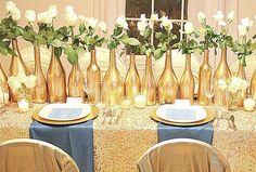 Centro de mesa de garrafas douradas