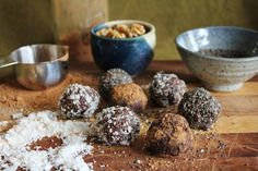 This Rawsome Vegan Life: walnut bliss balls with chia, coconut + carob: Balls: 1 cup walnuts cup oats 1 cups dates 2 tablespoons carob powder Dash of salt and vanilla, if desired Coatings: Coconut flakes Carob powder Chia seeds Brownie Desserts, Oreo Dessert, Mini Desserts, Desserts Crus, Coconut Dessert, Raw Vegan Desserts, Raw Vegan Recipes, Vegan Sweets, Vegetarian Snacks