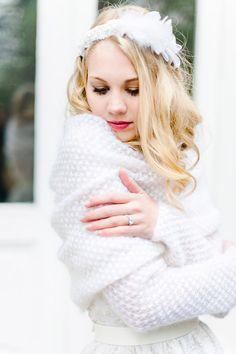 Brautkleid mit Strickbolero | Friedatheres.com  winterhochzeit  Konzept und Fotos: Caterina Hoffmann Photography Brautkleid Designer: Marianna Lanzilli