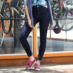 S T R E E T ✰ S T Y L E  Despojada, linda e versátil. Assim é a calça skinny, peça de todos os dias e de todas as horas. Ela dá um ar descolado ao look, que pode ir com você aonde você for! #Tenda, a sua moda.