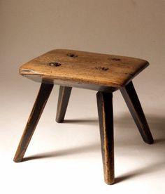 Step-stool / Did grandpa make it? Rustic Log Furniture, Art Furniture, Green Woodworking, Woodworking Furniture, Rustic Stools, Vintage Stool, Small Stool, Cool Bar Stools, Wood Stool