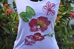 Camiseta tamanho G, estilo nadador, com aplicação de flores e botões.    Aceitamos encomendas nos tamanhos P, M,G e GG  e em outras cores! R$20,00
