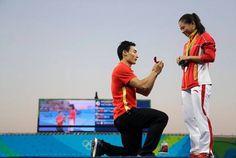 Después de gana medalla de Plata su novio le le pide matrimonio a su novia en plena ceremonia de los JJ OO