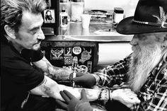 Johnny Hallyday, son tatouage osé ! Le Taulier s'est fait tatouer sa femme Laeticia… entièrement nue ! Il nous présente même le cliché modèle ! - soirmag.be